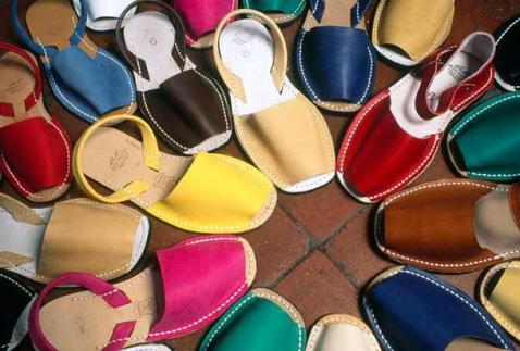 Zomerse spaanse sandalen aan je voeten